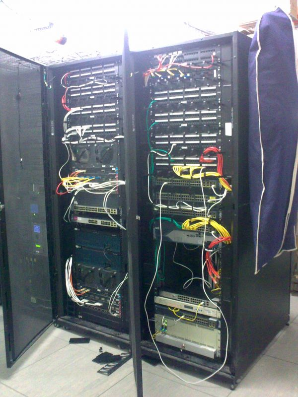 Общий вид центрального коммуникационного узла. Патч-панели с терминированн
